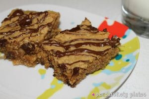 {Healthy-ish} Peanut Butter Chunk Oatmeal Bars